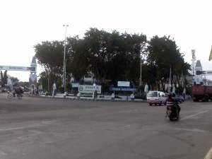 Taman Barunawati diantara gapura pelabuhan perak
