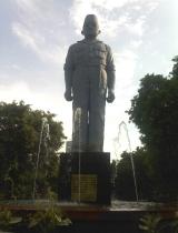 Monumen Gubernur suryo berada di taman apsari