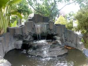 Miniatur air terjun ini terletak di taman persahabatan